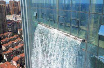 Искусственный водопад, льющийся с небоскреба