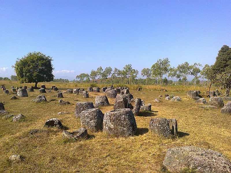 Специалисты подсчитали, что эти каменные сосуды появились Лаосе приблизительно две тысячи лет назад.