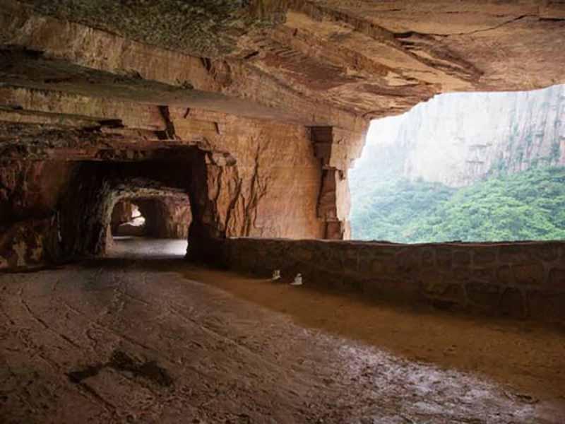 туннель является всего лишь частью дороги, протягивающейся по горам провинции Хэнань в восточной стороне Китая.
