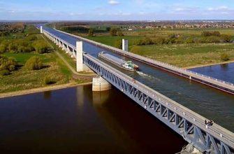 Магдебургский мост, по которому течет вода и плавают суда
