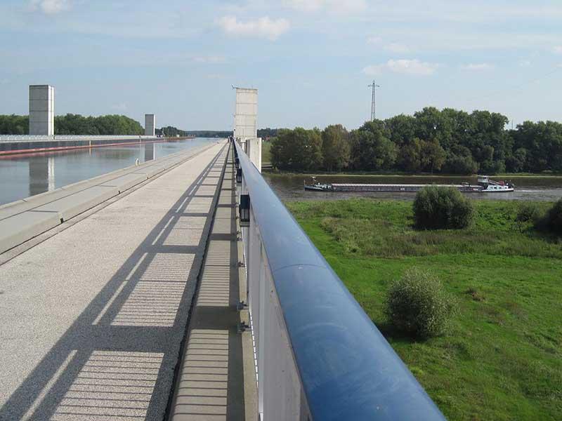 Мост, по которому течет вода, и плавают суда