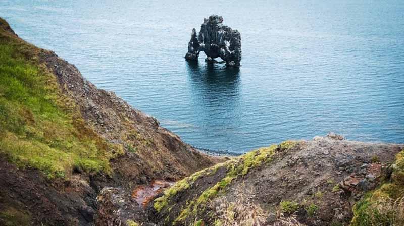Хвитсеркур в переводе на русский означает «белая рубашка», такое название скале было отдано из-за того, что на его поверхности постоянный толстый слой помета бакланов.