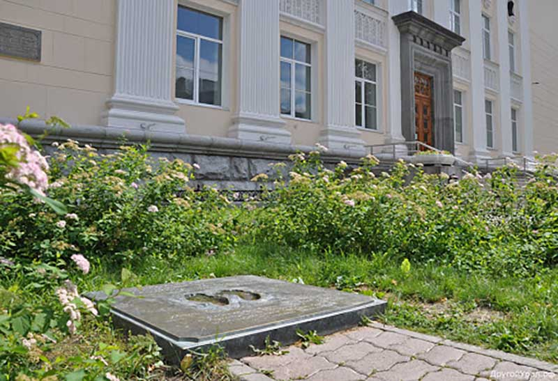 На самом деле объясняют это так — один след от ноги автора идеи создания памятника Евгения Касимова, а второй — от ноги художника Александра Шабурова.