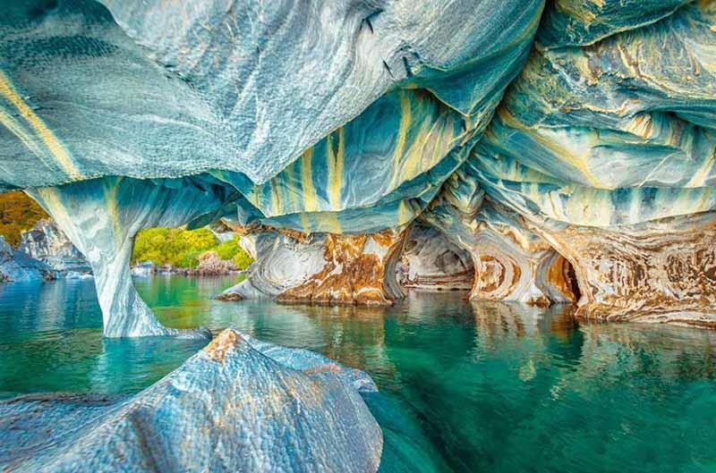 Мраморные пещеры являются популярным и излюбленным местом для туристов, которые едут посмотреть на них из самых разных уголков земного шара.